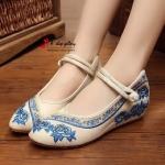 รองเท้าผ้างานปัก แฟชั่น สุด hit ที่สุด งานสวยเก๋ ผ้านิ่มใส่สบาย มีสายรัดข้อ กระชับเท้า เสริมส้นด้านใน 2นิ้ว สวมใส่ง่าย