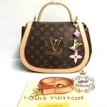 กระเป๋า Louis Vuitton 12 นิ้ว 10 นิ้ว ทรงฐานโค้งสวยน่ารัก แต่ง LV ทองด้านหน้า ปากกระเป๋าซิป ด้านในบุอย่างดี พร้อมสายยาวถอดได้ การ์ดและถุงผ้า