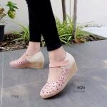 รองเท้าคัทชู ส้นเตารีด สวยน่ารัก ฉลุลายดอกไม้ด้วยฝีเข็มแน่น งานละเอียด ส้น 2 นิ้ว ใส่สวยมาก งานคุณภาพ ใส่ง่ายด้วยเมจิกเทปคาดเท้าใส่สบาย แมท สวยได้ทุกชุด สีดำ แทน ชมพู (6024)
