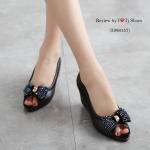 รองเท้าคัทชู เปิดหน้า ประดับอะไหล่โบว์เพชรสวยหรู หนังนิ่ม สวมใสง่าย ทรงสวย พื้นยางอย่างดี ใส่ได้ตลอดไม่มีเอ้าท์ สูง 2.5 นิ้ว สีดำ กากี