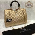 กระเป๋า Chanel 12 นิ้ว ดีไซน์หรู ขอบปากกระเป๋าแต่งตัววี อะไหล่ทอง ไฮโซทั้งถือและสะพาย ด้านในบุอย่างดี การ์ดและถุงผ้า