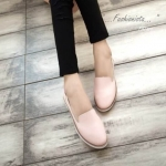 รองเท้าคัชชู ทรง slip on สไตล์เกาหลี สีพาสเทลสวยหวาน วัสดุ pu สังเคราะห์ เลียนแบบหนังธรรมชาติ เนื้อเนียนนุ่มมากๆ ดีไซน์ทรงหัวมน พื้นยาง 1.5 c.m. แต่งขอบน้ำตาล ด้านในเป็นหนังกลับนุ่มเท้าใส่สบาย เพิ่มดีเทลลูกเล่นด้านหลัง แต่งหนังยกสูงขึ้นนิดๆ ดูเรียบง่ายแต่