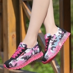 รองเท้าผ้าใบแฟชั่น วัสดุผ้าตาข่ายอย่างดี แต่งลายหัวกะโหลกด้านข้าง เพิ่มความเก๋ด้วยส้นอะคริลิค สวยชิคมาก สูงหน้า 2 ซม. ส้นสูง 3 ซม.