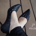 รองเท้าคัทชู VALENTINO style หัวแหลม สวยหรู ผ้าลูกไม้เนื้อดีเนื้อนิ่ม ลายสวยอย่างดี ทรง Classic ใส่สวยดูเท้าเรียวเล็ก ทรงไม่บีบเท้า พื้นนิ่ม อย่างดี ใส่สบาย แมทสวยได้ทุกชุด สีดำ ครีม สูง 3 นิ้ว (FH-243)