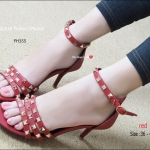 รองเท้าส้นสูง VA Rockstud Heel Style สวยมีสไตล์มาอีกรุ่นแล้วกับ งานก๊อป สไตล์แบรนด์ดัง เน้นการโชว์ผิวเท้าด้วยหมุดตอกสีทองบนเส้นหนัง Saffino และ กระชับเท้าด้วยรัดข้อเส้นเล็กๆ ให้คุณได้ลุ้คสาวเปรี้ยวมั่นใจ ความสูง 3.5 นิ้ว