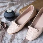 รองเท้าคัทชู ทรงหัวตัด ส้นแบน สวยน่ารัก วัสดุหนังนุ่ม แต่งลายสานด้านหน้า และโบว์เก๋ หน้ากว้างไม่บีบเท้า ใส่สบาย แมทสวยได้ทุกชุด สีดำ เทา ชมพู ครีม ส้นเสริมด้านใน 1 cm