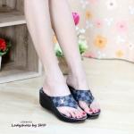 รองเท้าแฟชั่น แบบคีบ ทรงสวย หนังลายสไตล์แบรนด์ LV สวยชัดเจน สายใหญ่ ทรงสวยเก็บกระชับหลังเท้า พื้นนิ่มใส่สบายๆ ติดอะไหล่ LV หรู ใส่เท้าเรียวสวย แมทได้ทุกชุด สีตาล ดำ ขาว