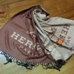 ผ้าพันคอ Hermes สวยพรีเมียม ใช้ได้ 2 ด้านสีสลับกัน ลายเรียบหรู เนื้อผ้าหนานุ่ม ขนาดประมาณ 70x180 cm. พันคอ คลุมไหล่สวยไฮโซ