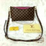 กระเป๋า Louis Vuitton 10 นิ้ว สะพายข้าง ทรงแบนเรียบหรู ตัดสีปากกระเป๋า แต่งโซ่ทองคล้องไหล่ คล้องมือได้ พร้อมสายยาวถอดได้ และถุงผ้า