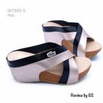 รองเท้าแฟชั่น แบบสวม Lacoste Wegged Style ส้นเตารีด ด้านหน้าสายไขว้ ตัดสีทูโทน แต่งโลโก้ผ้าปักลายจรเข้สุดฮิต ทรงเก็บหน้าเท้า พื้นบุนุ่ม สูง 2.5 นิ้ว ใส่สวยสบาย แมทกับชุดได้ทุกสไตล์