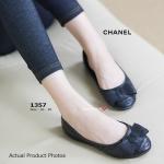 รองเท้าคัทชู สีดำ Chanel Flat Style ส้นแบน สไตล์งานแบรนด์ชาเนล จุดเด่น ของงานรุ่นนี้คือความนุ่มถนอมผิว และเบาสบาย การแต่งโบว์ด้านหน้าด้วยหนัง ออกแบบตามสไตล์งานแบรนด์ดัง พื้นยางอ่อนนุ่มจนสามารถดัดโค้งได้ ใส่สบาย จนไม่อยากถอดสีและดีไซน์สุภาพ เหมาะกับทุกโอกา