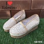 รองเท้าแฟชั่น Muffin Espadrilles Valentino Style ผ้าใบลูกไม้สไตล์วาเลนติโน หรูหราน่ารัก แต่งเชือกถักรอบขอบรองเท้า ส้นแต่งลายไม้ค็อกสุดเก๋ น้ำหนักเบา ส้นสูงประมาณ 2 นิ้ว เสริมหน้า 1 นิ้ว พื้นยางกันลื่นดี ใส่สบาย สวยได้ทุกวัน