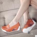 รองเท้าคัทชู พื้นสุขภาพ เสริมส้นเตารีด วัสดุหนังนุ่ม พิมพ์ลายดอกที่แพลต์ฟอร์ม สูง 2.5 นิ้ว น้ำหนักเบาหวิว พื้นนิ่มเดินได้อย่างมั่นใจในทุกย่างก้าว สีขาว น้ำเงิน ส้ม แดง