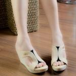 รองเท้าแฟชั่น แบบสวม คาดด้านหน้าแบบ X แต่ง โลโก้สไตล์ Lacoste สวยเก๋ ส้นตึกเสริมหน้า พื้นบุนุ่ม ใส่สบาย