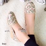 รองเท้าคัทชูผ้าฉลุลายปักด้าย สวยหวาน ทรงหัวแหลมมน ช่วยให้เท้าดูเรียว ความสูงกำลังดี 1.2 นิ้วใส่สบายไม่ปวดเท้า วัสดุเป็นผ้าลายดอกไม้ ด้านใน รองเท้าบุด้วยหนัง PU ด้านล่างพื้นยางกันลื่น สวยน่ารัก ใส่สบาย