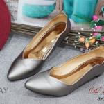 รองเท้าคัชชู ส้นเตี้ย สไตล์เรียบหรู หัวแหลม สีโทนเมทัลลิค ขอบหยัก ดูดีมีสไตล์ พื้นนิ่ม ใส่สบายค่ะ ทำให้ดูเท้าเรียว คลาสิคมาก แมทเข้าง่าย กับทุกชุดทุกโอกาส ความสูง : 1 นิ้ว