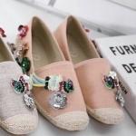 รองเท้าคัทชู ทรง slip on สุดเก๋ แต่งอะไหล่เกล็ดปลาดอกไม้และนกหลากสี งานเย็บทน ทั้งหรูและเก๋ ไม่เหมือนใคร ส้นแต่งเชือถักรอบ ใส่สบาย แมทชุด ไหนก็ดูดี มีสไตล์มากๆ