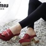 รองเท้าแฟชั่น ส้นเพชร งานสไตล์แบรนด์ Miu Miu แบบสวม วัสดุทำจากผ้าซาติน ที่มีเนื้อมันวาวให้ลุคงานหรู พื้นตีโลโก้แบรนด์ งานส้นเพชรสีทองอลังการ สูงประมาณ 2.5 นิ้ว เสริมหน้าใส่เดินคล่องตัว แมทสวยได้ทุกชุด