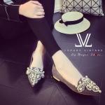 รองเท้าคัทชู Luxury ส้นเตี้ย ตัวรองเท้าบุผ้ากำมะหยี่ ประดับมุขและเพชรเต็มด้านหน้า หรูหรา หนังนิ่ม พื้นบุนุ่ม ทรงปลายแหลมดูเท้าเรียว ใส่สวยได้ทั้งเดินเที่ยวและออกงาน ดูดีทุกชุด
