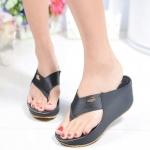 รองเท้าแฟชั่น ส้นเตารีด สวยเก๋ แบบหนีบคาดหน้าผ้าซาตินเงาสวย ติดโลโก้ จรเข้ทอง ทรงสวย ส้นเตารีดสูงประมาณ 2.5 นิ้ว เสริมหน้า ใส่สบาย แมทได้ ทุกชุด