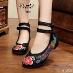 รองเท้าผ้าปักลายจีน สวยโดดเด่นด้วยลายปักนกยูงและดอกไม้ ผ้าทอแน่นเนื้อดี ด้านหลัง สูง มีสายรัดข้อกลัดกระดุมจีน 2 เส้น สุดเก๋ พื้นด้านในซับฟองน้ำ มากส้นสูงเพียง 1 นิ้ว ใส่ สบาย สวยไม่เหมือนใคร