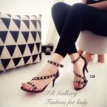 รองเท้าแฟชั่น ส้นสูง Style Valentino สุดเก๋ วัสดุหนังแบบสวม แต่งสายคาด เฉียง ประดับอะไหล่หมุดทอง สายรัดข้อตะขอเกี่ยวปรับได้ ส้นสูง 3 นิ้ว นับเป็น อีกหนึ่งไอเท็มที่ได้รับความนิยมเป็นอย่างมากในซีซั่นนี้เลยทีเดียว สีดำ ครีม