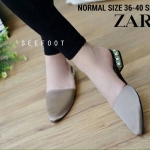 รองเท้าคัชชู STYLE ZARA เปิดส้น เรียบหรูด้วยเย็บ 2 ชั้นในนอกเป็นผ้าซาติน ด้านในบุหนังนิ่ม แต่งส้นเคลือบทองฝังมุขสวยหรู ใส่สบาย งานปั้มโลโก้ ZARA WOMAN เหมือน shop