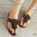รองเท้าแตะแฟชั่น สไตล์ Damier Sandals แบบคีบหนังลายตารางหลุยส์ เพิ่มเติมความหวานด้วยการติดดอกด้านหน้า ให้สาวๆ ใส่สบายพร้อมอวดเล็บ สีสดๆ ได้ลงตัว สีดำ น้ำตาล ครีม ขาว (112246)