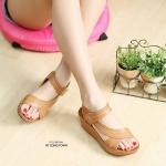 รองเท้าแฟชั่น ส้นเตารีด สวยเก๋ แบบสวม รัดส้น ดีไซน์คาดเฉียงดูเท้าเรียว หน้า PU อย่างดี เดินเส้นด้านลายเก๋ รัดส้นเมจิกเทปใส่ง่าย พื้นนิ่ม ส้นเตารีด เสริมหน้า สูงประมาณ 2.5 นิ้ว ใส่สบาย แมทเก๋ได้ทุกชุด