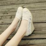 รองเท้าคัทชู ส้นเตารีดแต่งปอถัก ผ้าลูกไม้ สไตล์ Valentino ระบายอากาศได้ดี ไม่อับเท้า เสริมส้น 2.5 นิ้ว ทรงสวย แมทง่าย ใส่สบาย ดูดีมากๆ สี ดำ ครีม