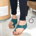 รองเท้าแฟชั่น ลำลองแบบสวม ดีไซน์เก๋เปลือยเท้าสวมนิ้วโป้ง ดูหรูแต่งอะไหล่จระเข้ พื้นนุ่ม ส้นน้ำหนักเบา สูง 2.5 นิ้ว ใส่สบาย สีดำ เขียว เนื้อ