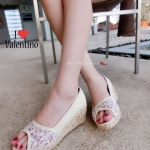 รองเท้าคัชชู แบบสวมเปิดหน้า สไตล์ Valentino งานลูกไม้อย่างดีพื้นนุ่มทรงสวย สวมสบายระบายอากาศได้ดี ส้นรองเท้าแต่งปอถักรอบสวยหวานน่ารัก ส้นเตารีด 2 นิ้ว เสริมหน้า1นิ้ว สูงกำลังดี ใส่สบาย
