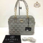 กระเป๋า Chanel 12 นิ้ว ทรง Alma เย็บตารางนูนสวย แต่งโลโก้ CC ทอง ปากกระเป๋าซิป ด้านในบุผ้าอย่างดี หูหิ้วโซ่ทอง มีสายสะพายยาวถอดได้ การ์ดและถุงผ้า