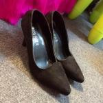 """รองเท้าคัชชู NUBUCK HIGH HEELS งานหรูดูปราดเปรียว ดีไซน์ปลายเรียว สุดเซ็กซี่ วัสดุหนังกำมะหยี่สีเข้มช่วยขับผิวเท้าให้ดูผ่อง ทรงปิดหน้าเท้าได้ดี ส้นสูง 3"""" คู่นี้ใส่ได้ทั้งลุคทางการหรือแมชชุดเปรี้ยวๆก็ดูดีช่วยเสริมบุคลิกสาว มั่นได้มากเลยทีเดียว งานจริง"""