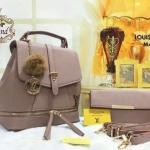 กระเป๋าเป้ Louis Vuitton 10 นิ้ว ชุดเซ็ต แต่ง LV ทอง ปากกระเป๋าขยายได้ 2 ทรง แต่งซิปที่ฐานสวยเก๋ สายสะพายถอดได้ เป็นได้ทั้งเป้ และสะพายข้าง ด้านในบุอย่างดี พร้อมกระเป๋าสตางค์ยาวน่ารักเข้าชุด พวงกุญแจ LV ปอม ขนฟู การ์ดและถุงผ้า