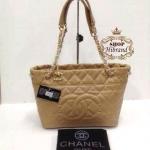 กระเป๋า Chanel 12 นิ้ว ทรง shopping สวยหรูน่ารัก แต่ง CC ด้านหน้า ปากกระเป๋าซิป ด้านในบุอย่างดี สายสะพายโซ่ทอง การ์ดและถุงผ้า