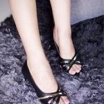 รองเท้าคัทชู ส้นเตี้ย ประดับสายสีทอง ดีไซน์เก๋ วัสดุพียูเนื้อดี แบบสวยเรียบหรู สวมใส่ กระชับเท้า ใส่ทำงาน ใส่เที่ยวได้ ส้นสูง 2 นิ้ว