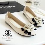 รองเท้าคัทชู ส้นแบน STYLE CHANEL สวยหรู ด้านหน้าประดับดอกคามิเลีย กับ LOGO CC หนังนิ่ม ทรงสวย ใส่แล้วดูดีดูหรูดูแพง ใส่ได้เรื่อยๆ แมทสวย ได้ทุกชุด สีดำ ครีม (B55305)