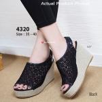 รองเท้าแฟชั่น ส้นเตารีด Lazy Wedged Shoes สวยหวานผ้าลูกไม้ แบบมี สายรัดข้อยางยืดด้านหลัง ความสูงประมาณ 3.5 นิ้ว เสริมหน้า 1.5 นิ้ว ตัว พื้นเป็นผ้าหุ้ม PU ทั้งตัว งานสวยวินเทจ แมทได้กับทุกชุด (4320)