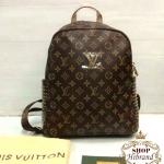 กระเป๋าเป้ Louis Vuitton 11 นิ้ว สวยหรู แต่ง LV ทองและหมุดทองด้านข้าง สุดเก๋ ปากกระเป๋าซิป 2 ชั้น มีช่องซิปหลัง ด้านในบุอย่างดี พร้อมการ์ดและ ถุงผ้า