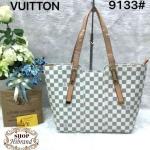 กระเป๋า Louis Vuitton 12 นิ้ว ทรง shopping อะไหล่ทองสวยหรู ปากกระเป๋าซิป ด้านในบุอย่างดี พร้อมถุงผ้า