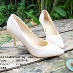 """รองเท้าคัทชู ส้นสูง เรียบหรู หนังแก้วนิ่มมากเงาสวย ส้นสีทองหรู ทรงหัวแหลม ใส่เที่ยว ใส่ทำงาน ได้ทุกโอกาส ส้นเข็ม สูง 3"""" สีดำ ครีม"""