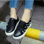 รองเท้าผ้าใบ Chic Chic! ไม่เหมือนใครสไตล์ Korae Fashion ทำจาก หนัง PVC ใส่ทนลุยน้ำลุยฝนได้ แต่งด้วยอะไหล่ดอกไม้ฝังเพชร เพิ่มความน่ารัก