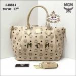 กระเป๋า MCM 12 นิ้ว ทรง shopping แต่ง MCM จับจีบด้านหน้าสวยหรู หนังลายโลโก้ ปากกระเป๋าซิป ด้านในบุอย่างดี พร้อมการ์ดและถุงผ้า