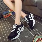รองเท้าผ้าใบแฟชั่น ดีไซน์โดดเด่น ผลิตจากวัสดุผ้าใบผสมผ้าตาข่าย งานเนี๊ยบ แต่งลายด้านข้าง พื้นรองเท้าโค้งรับน้ำหนักอย่างดี สวมใส่สบาย Mix & Match ได้กับทุกชุด สูงหน้า 2.2 ซม. ส้นสูง 4 ซม.