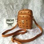 กระเป๋า MCM 7 นิ้ว สะพายข้าง ทรงเหลี่ยมสวยน่ารัก ปากกระเป๋าซิป ด้านในบุอย่างดี พร้อมถุงผ้า
