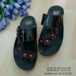 รองเท้าแตะแฟชั่น สไตล์ลำลอง แบบสวมนิ้วโป้ง คาดหน้าเฉียงแต่งดอกไม้ ติดอะไหล่พลอยแกมสีน่ารัก พื้นนิ่ม รองรับเท้าได้ทุกขนาด ใส่สะดวก เดิน สบาย เดินได้ทุกงาน สีทอง ดำ