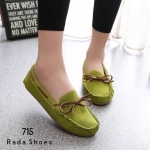 รองเท้าคัทชู ทรง loafer วัสดุหนังกลับอย่างดี แต่งสายหนังร้อยสายผูกโบว์ Style Tods ดีไซน์วินเทจสวยๆ ส้นยางปุ่มกันลื่นหนา 2 ซม. พื้นด้านในนวม นุ่มรับฝ่าเท้า สาวๆที่ชอบพื้นนิ่ม ๆ พลาดไม่ได้เลย งานสวยคุ้มค่าเกินราคา (715)