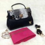 กระเป๋า Louis Vuitton 10 นิ้ว แต่ง LV ทอง ฝาเปิดแต่งหนังลายงูสวยหรู มีช่องซิปหลัง ด้านในบุอย่างดี พร้อมสายยาวถอดได้ และถุงผ้า