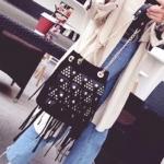 กระเป๋าแฟชั่น H&M Korean Style สะพายทรงขนมจีบสุดชิค หนังกลับตอกหมุด งานคล้ายแบรนด์ H&M แบบ no logo มีพู่ห้อยฟรุ้งฟริ้งงานน่ารักมาก ซับในเป็น Nylon หนา สายโซ่มีหนังรองบ่ากันเจ็บ สะพายสวยได้ทุกโอกาส สีดำ ตาล Size 23x27 cm